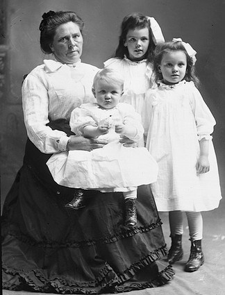 Belle_Gunness_with_children