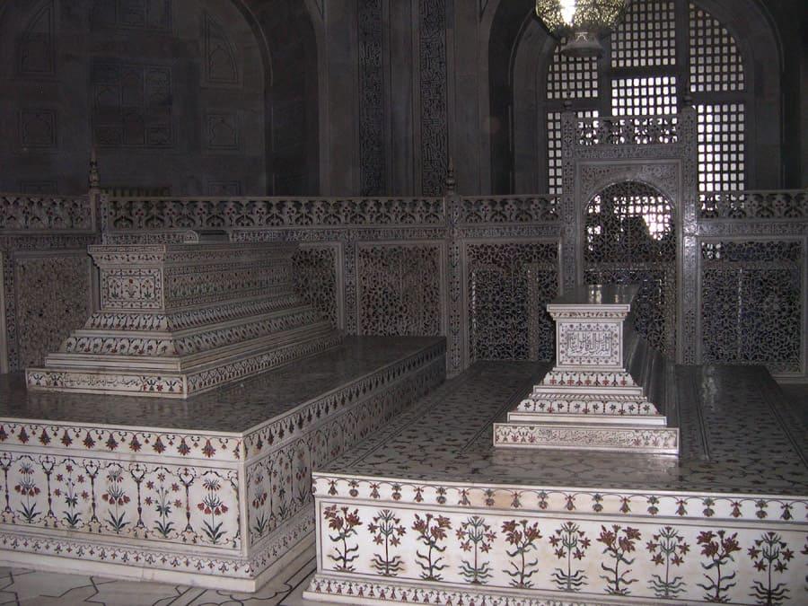 actual grave of taj mahal