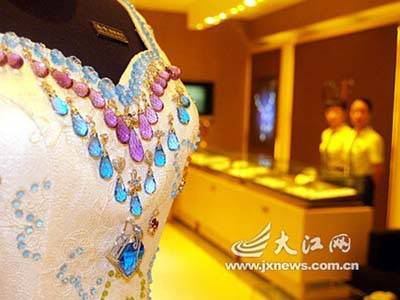Wedding Dress with 9999 carats of gems most expensive wedding dress